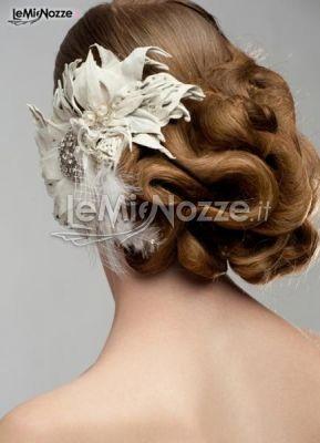 http://www.lemienozze.it/operatori-matrimonio/trucco_e_acconciatura/salone-di-bellezza-roma/media  Acconciatura sposa con capelli raccolti e un grande fiore con piume come fermaglio