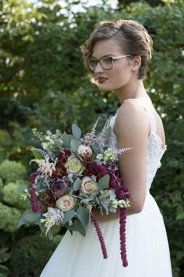 Credit: Anneke Veronica Photography  - huwelijk (ritueel), bruid, bloem (plant), meisje, bloemstuk, jurk, mooi, portret, natuur, bruids, zomer, vrouw, buitenshuis, volk, mode, huwelijk (burgerlijke staat), liefde, glimlach, hoofddeksel, tuin