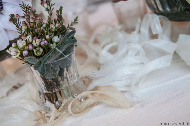 """Dettaglio floreale alla tavola nuziale al Filatoio di Caraglio   Wedding designer & planner Monia Re -www.moniare.com   Organizzazione e pianificazione Kairòs Eventi -www.kairoseventi.it   Foto """"SpringRainStudio di Roberto Ricci"""""""