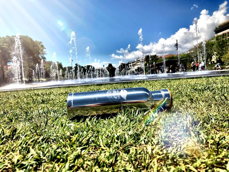 Nice has a new Promenade, nearly 160 years after the Promenade des Anglais on the seafront opened and became the place to be, there is now a lovely new park in which to stroll, play, relax and watch the world go by. 🍃🐞💦🙃 #naturegulp #noplastic #plasticfree #zerowaste #ecofriendly #running #BringYourOwn #fountain #nice