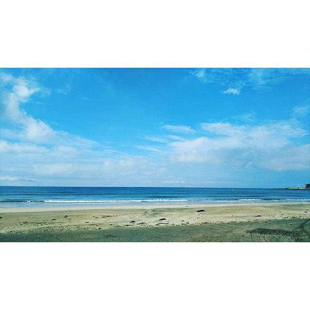 【hoitoland】さんのInstagramをピンしています。 《湘南の手前、鎌倉の由比ヶ浜にて。 明日の最終面接のため前入りしたついでに鎌倉をぶらついてます。 今夜の宿は川崎市です。  #海 #神奈川県 #鎌倉市 #由比ヶ浜 #由比ヶ浜ビーチ #長谷駅 #空 #雲 #湘南》