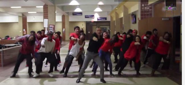 Hoe cool is dit? Deze leraar maakte voor de hele school een choreografie op Uptown Funk van Mark Ronson en Bruno Mars. En alle leerlingen doen mee! De een misschien met wat meer enthousiasme dan de ander, maar het filmpje ziet er geweldig uit. Knap gemaakt! Kijk de video: