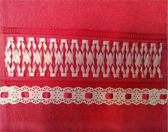 Toalha de Visita Bordada com Fitas Cetim Dados Toalha: Composição - 100% algodão Dimensões - (23x40) cm Cor - Rosa/Pink (Outras cores sob consulta)