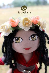 MANUALIDADES MUÑECA DE TELA – Princesa celta con traje rojo muñeca confeccionada en tela con rostro pintado a mano. Inspirada en la edad media con traje de terciopelo rojo con aplicaciones en…