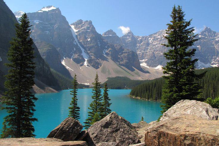 .Lac de montagne , sommets enneigés