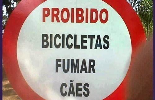 Este aviso que proíbe as bicicletas de fumar cães. | 20 avisos que vão deixar você um pouco confuso