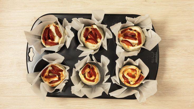 Hazır ekmek hamuruyla şekli güzel, kokusu güzel pratik lezzetler. Misafirlerinizle tatlı sohbetin yanına yakışır...