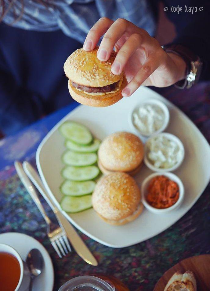 Просто, удобно и элегантно - маленькие, но аппетитные Мини-бургеры с говядиной =)  #кофехауз #кафе #еда #меню #food #бургеры #бургер