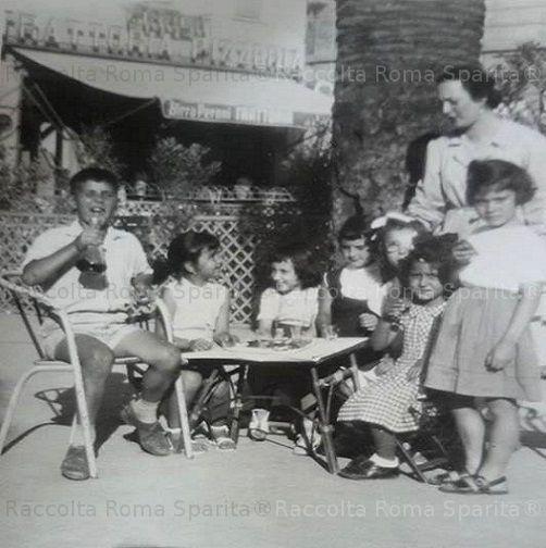 Foto storiche di Roma - Foto di famiglia. Piazza dell'Alberone Anno: 1957