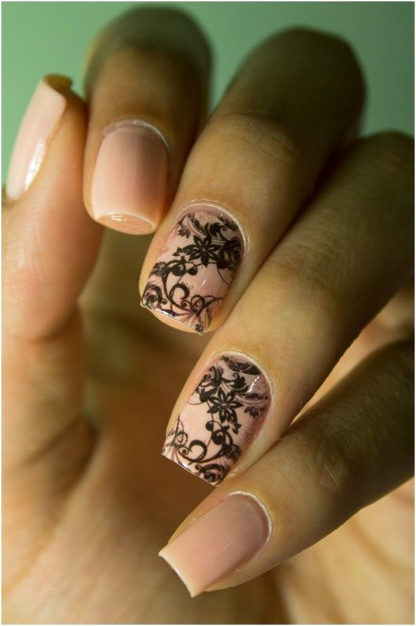 nail art delicada. Unha Rosa com floral em preto. Esmalte rosa claro com aplicação em preto. Película para unhas.