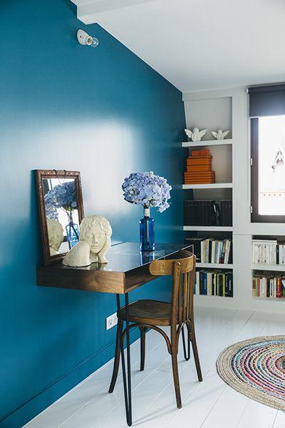 Contraste coloré entre bois foncé et bleu électrique