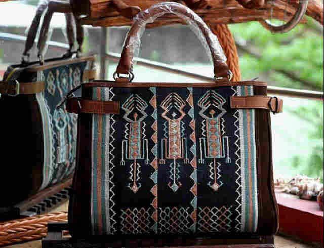 #tenun #Ayutopas #NTT #indonesia #woman #fashion #bag