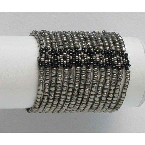 Bracelet élastique à rangs multiples de couleur gris et noir.