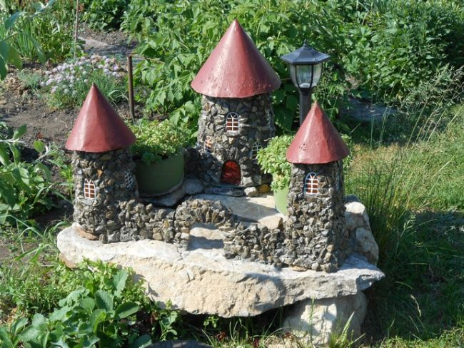 Из камня на своем участке можно сделать настоящий средневековый замок