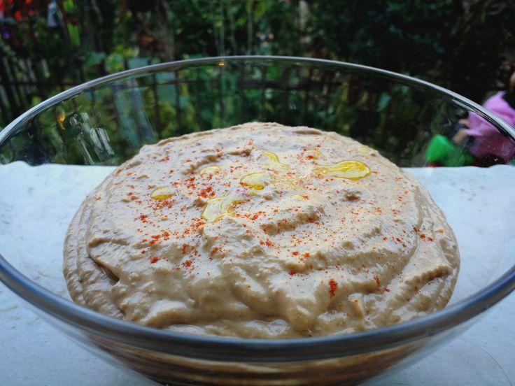 Hummus-ul e o reţetă atât de veche încât nu i se cunoaşte exact originea. E plasat în Orientul Mijlociu (Turcia, Liban, Siria, Egipt) dar este răspândit în