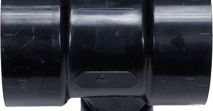 Quando usar encanamento de PVC ou CPVC. CPVC (policloreto de vinila clorado) é um tipo de tubo termoplástico. PVC (cloreto de polivinila) é um encanamento amplamente usado em instalações e em novas estruturas de construção, e também na substituição de encanamentos de metal e cobre. O CPVC oferece maior resistência ao calor e pode suportar temperaturas sem que as toxinas vazem para o ...