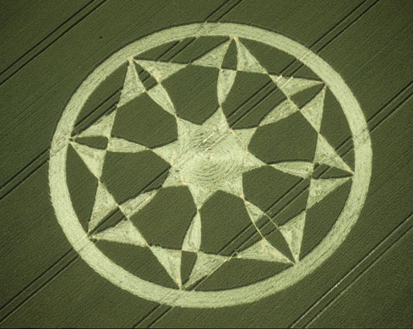 Crop Circle at Bishops Cannings, Wiltshire, England - photo from temporarytemples;  27 June 2000