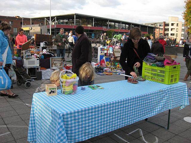 Schimmelmarkt Rommelmarkt kraam vullen by janny 2009, via Flickr