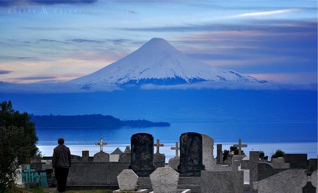 Cementerio Católico de Puerto Octay con el volcán Osorno de fondo