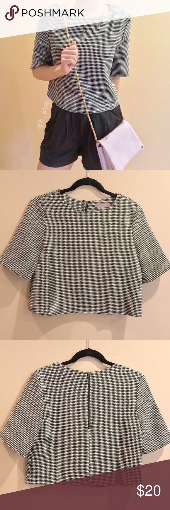 """Harper houndstooth Crop Top Worn just once. In great used condition. Half zip on the back side. It's size small but fits little loose like it fits like size M. Model is 5'2"""" 115lbs wearing this size small crop top with some black leather shorts. ( I also have this cross body purse on sale in my other listing. Price is for this crop top only) ❌trade ❌hold ✅bundle discount Harper Tops Crop Tops"""