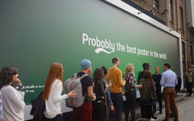 Carslberg e il poster che spilla la birra #birra #advertising #pubblicità #uk