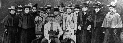 Johannes Kirmse im Jahr 1895. Das Bild zeigt Kirmse in der Mitte sitzend als Mitglied der Tennisabteilung des VfB Leipzig.