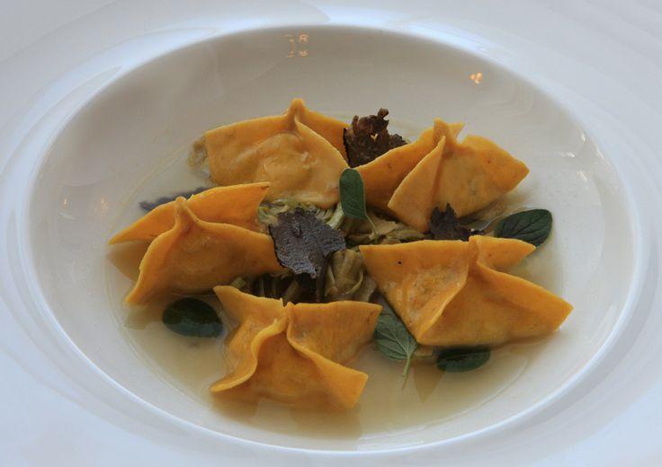 Ravioli di ricotta salata in pasta all'acciuga, brodetto di puntarelle e tartufo nero