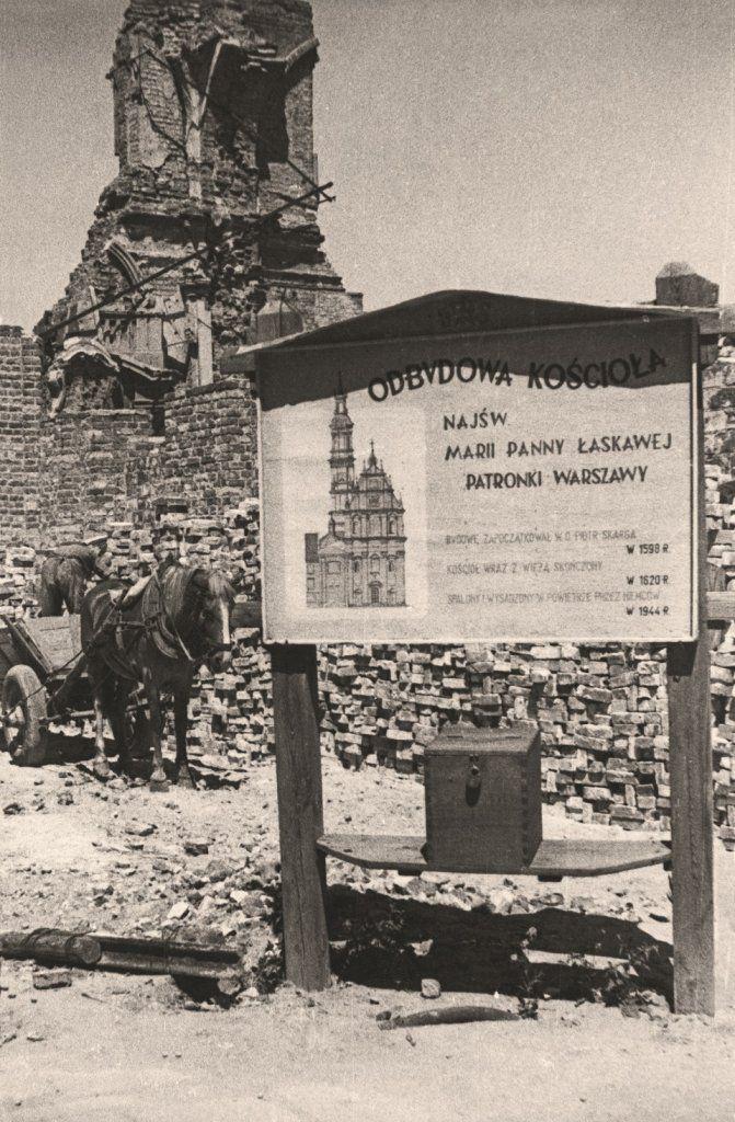 Tablica informująca o odbudowie kościoła Najświętszej Marii Panny Łaskawej, patronki Warszawy