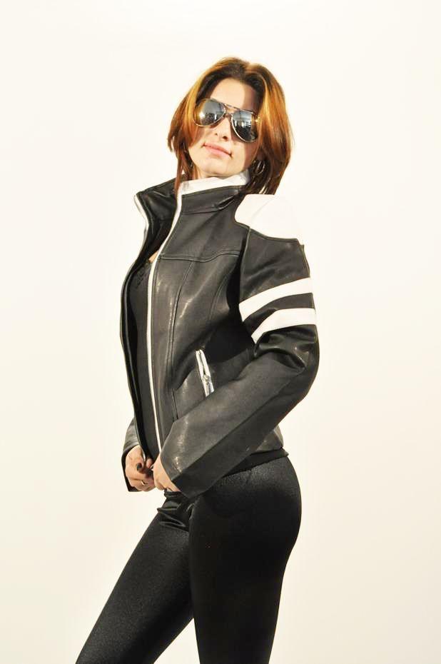 Geaca Dama Motorcycles  Geaca dama scurta, din piele ecologica. Se inchide cu fermoar.  Are buzunare laterale.      Lungime: 53cm  Latime talie: 41cm  Compozitie: 100%Poliester