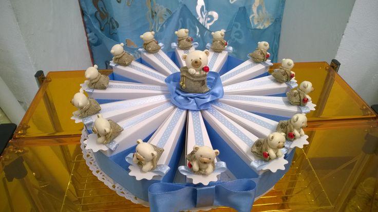 Torta di bomboniere per battesimo, comunione e cresima per un bambino con orsetti e nastri azzurri.DiMi bon bon a Mortara in via Cairoli 5