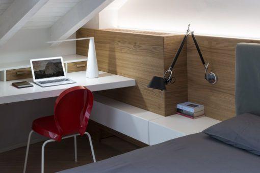 Nella camera da letto matrimoniale, la nicchia è stata trasformata in un mini-ufficio (cortesia: Brian Sironi)
