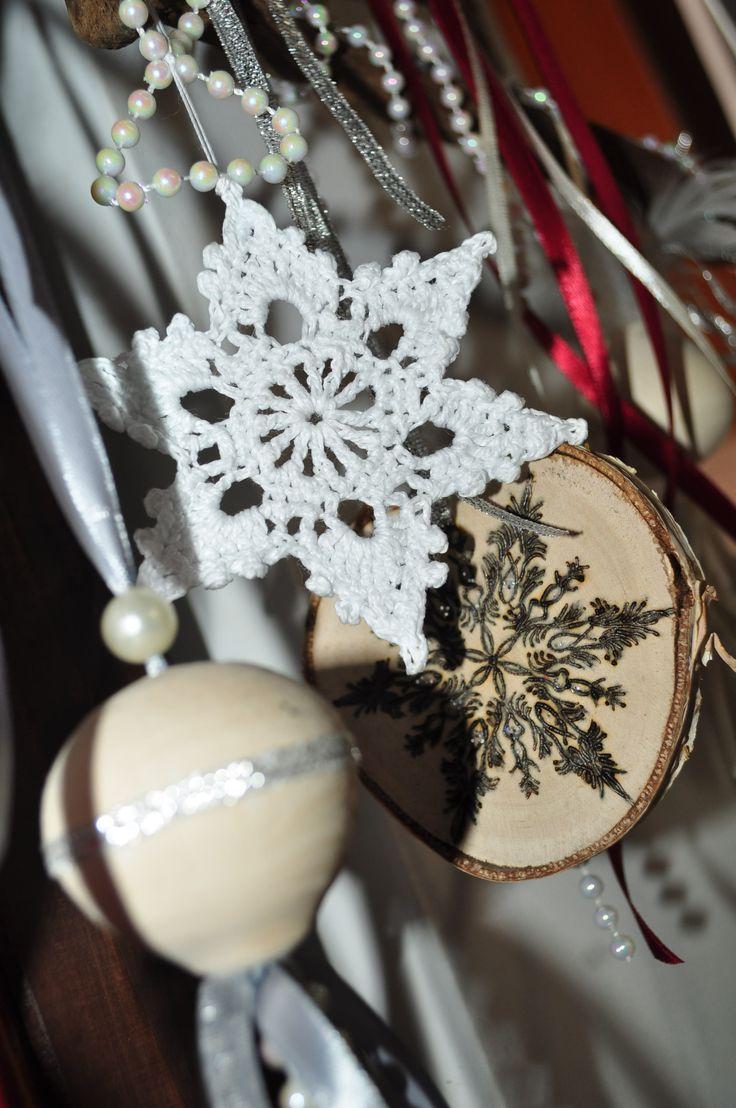 Drewniane bombki, wypalane krążki, szydełkowa gwiazdeczka ... Wooden baubles, burned discs, crochet snowflake ...