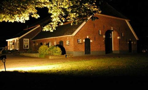 route met licht langs boerderijen en tuinen