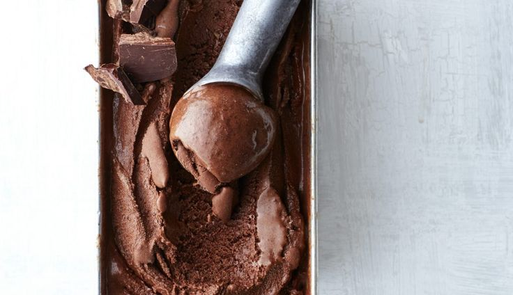 chocolade-ijs met koffie en chocolatechipcookies
