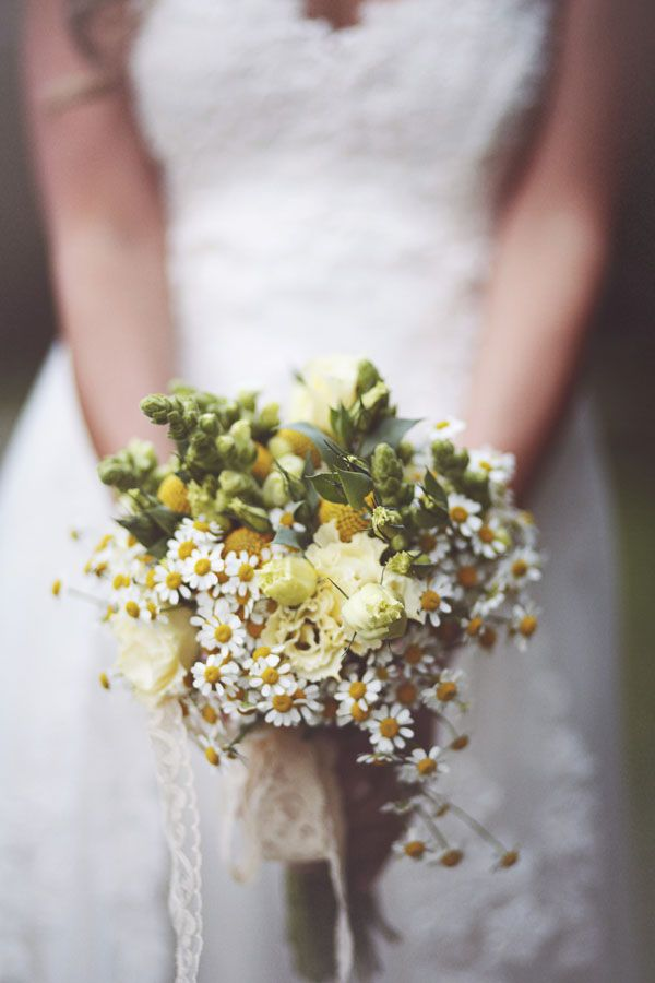 rustic bouquet with chamomile and craspedia http://weddingwonderland.it/2015/06/fiori-per-un-matrimonio-in-estate.html