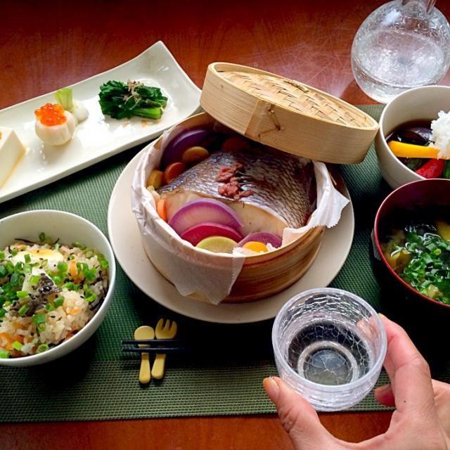 """志野さんにいただいた美味しい食材でめでたい和食〜ʕु-̫͡-ʔु"""" 昨日補助なし自転車乗れるようになり、きょうは小回り✌️ 運動後のご飯は格別だね〜ʕु-̫͡-ʔु"""" お待たせw 志野さん、美味しい食材どうもありがとうございます✨ - 84件のもぐもぐ - Today's Dinner前菜・鯛と鎌倉野菜の酒蒸し・五目鯛飯・茄子とオクラ、パプリカの揚げ浸し・新ジャガとワカメのお味噌汁 by honeybunnyb"""