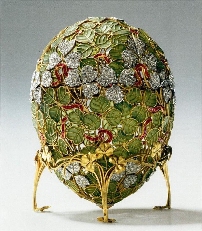 L'uovo di trifoglio è fatto di oro, platino, diamanti a taglio rosetta e rubini. Il guscio dell'uovo è costituito da un motivo traforato di steli e foglie di trifoglio; lo spazio tra i fili d'oro che disegnano il contorno e la nervatura delle foglie è riempito di smalto trasparente verde brillante oppure da diamanti. Un sottile nastro di rubini incastonati tra fili d'oro è drappeggiato qua e là tra il ricco fogliame.