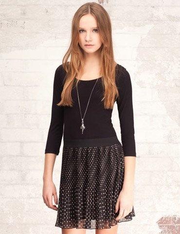 Háromnegyedes ujjú fekete ruha babos szoknyarésszel