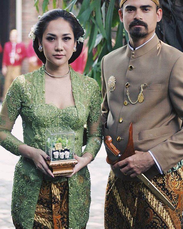 """From @didietmaulana Revealing the @svarna_bydidietmaulana kebaya for my best friend @bclsinclair , her special order. Creating this Kebaya inspired by kutubaru style Central Java, paired with the handsome hubby Ashraff Sinclair Flawless make up by @bumiauw Hairdo @ardndut Subeng earrings @tuloladesigns . . #akad #instamakeup #kebaya #pernikahan #bride #bridestory #bridesmaids #makeup #hairdo #hairstyle #weddingideas #weddingku #weddingdreass #weddinggown #weddingphotography #dreamwedding…"