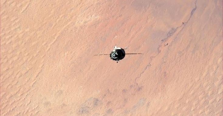 """25.jun.2013 - """"O céu é simplesmente perfeito"""", opina o italiano Luca Parmitano, astronauta da Agência Espacial Europeia (ESA, na sigla em inglês), depois de fotografar a Terra da cúpula da Estação Espacial Internacional (ISS, na sigla em inglês). O registro, que foi feito no dia 21 de junho de 2013, mostra a curvatura do planeta protegida por uma fina camada da atmosfera, marcada por um tom de azul claro"""