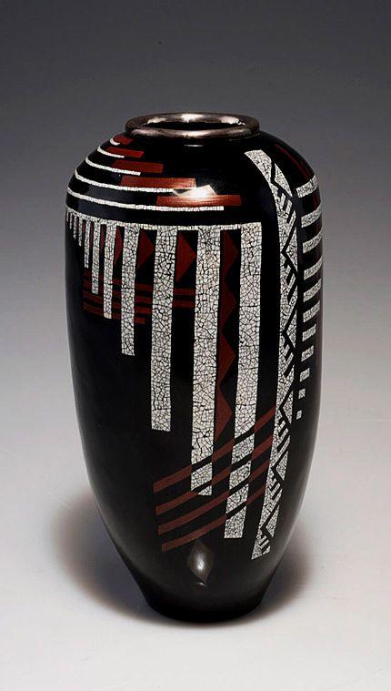 Жан Dunand. Черная лакированная ваза с металлическими инкрустациями