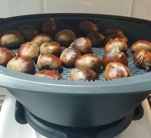 CASTAÑAS AL VAROMA CON Thermomix® , una receta de Cocción en varoma, elaborada por Pepi VERA CANO. Descubre las mejores recetas de Blogosfera Thermomix® Marbella