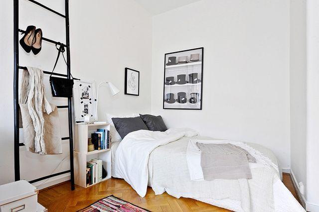 Un petit espace suédois pour contrebalancer les demeures immenses que j'ai mis aujourd'hui. J'ai un amour absolu pour ce genre d'endroit, joliment exploité, et ressemblant à où l'on peut habiter comme