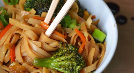 Нудлс (яичная лапша) с овощами и соевым соусом
