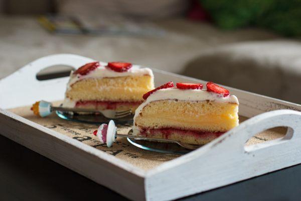 Laagjestaart met aardbeien en custard