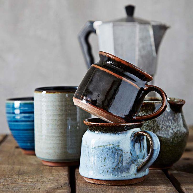 Der natürlich schöne Keramik Becher in schönem schwarz von Madam Stoltz macht Deinen morgendlichen Kaffee zum Vergnügen. Die leicht unregelmäßige Form und das ausgefallen schöne Farbspiel bringt Freude und Natürlichkeit auf Deinen Tisch. Weiteres passendes Geschirr aus Steingut von Madam Stoltz findest Du ebenfalls hier bei uns im Shop!