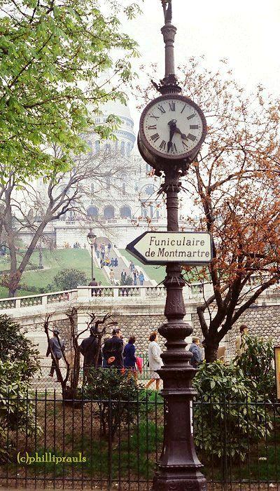 Horloge et Sacré Coeur à la Place Saint-Pierre, Montmartre, Paris.