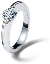 A slender platinum arch spans over the brilliant-cut diamond VERY CLEVER AND UNQUIE WEDDING RINGS SITE