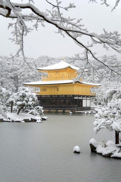 lieu de rêve: Golden Pavilion Kinkaku-ji(Rokuon-ji)Kyoto, Japon. maison d'or sous la neige et sur l'eau