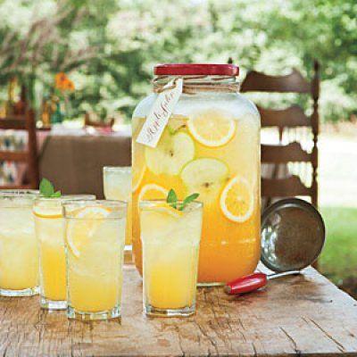 1 üveg almalé, 1 csésze ananászlé, 1 csésze narancslé, 1/4 csésze citromlé, Díszítéshez: alma és citrom szeletek, friss menta ágak, levelek.